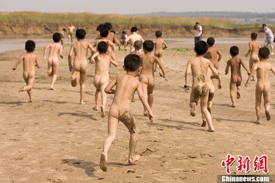 裸奔的孩子映衬谁的赤裸?_中国南方艺术