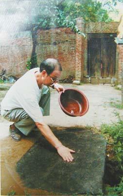 报界宗师张季鸾墓旁建起养猪场 墓区弥漫猪粪味