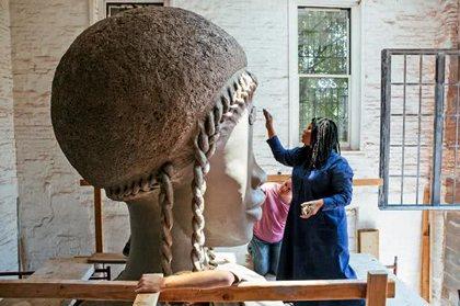 """西蒙娜・李与她的雕塑""""砖房"""""""