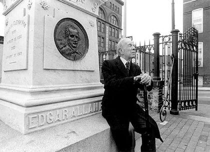 博尔赫斯在爱伦坡坟墓前,1983